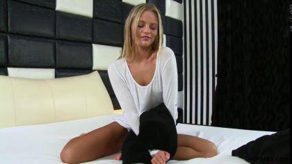 Блондинка дрочит гладкую киску и кончает от соло мастурбации №1