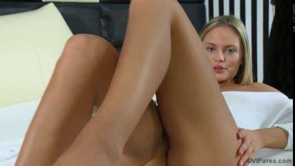 Блондинка дрочит гладкую киску и кончает от соло мастурбации №9