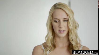Блондинка трахается с двумя неграми и громко стонет от нереального кайфа №1