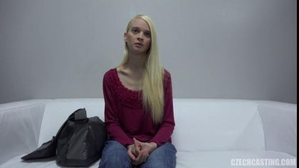 Блондинка показала, как дрочит письку секс игрушкой на порно кастинге №4