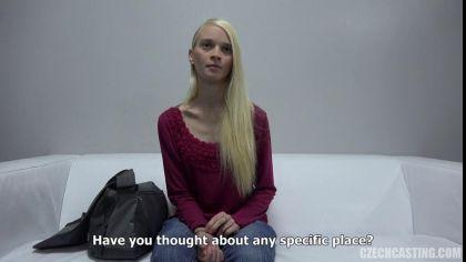 Блондинка показала, как дрочит письку секс игрушкой на порно кастинге №5