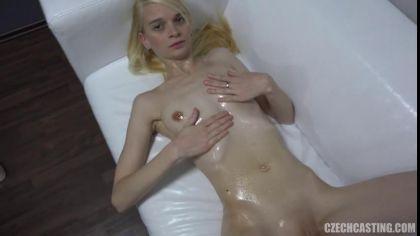 Блондинка показала, как дрочит письку секс игрушкой на порно кастинге №7