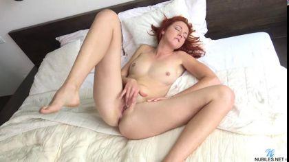 Рыжая девушка нежно мастурбирует бритую киску пальцами в своей постели №9