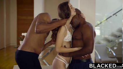 Девушка в нижнем белье трахается с двумя неграми в МЖМ порно видео №3
