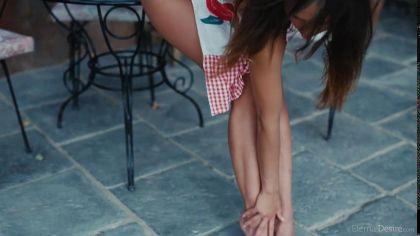 Молодая девица с натуральными сиськами светит аппетитной киской перед камерой №2