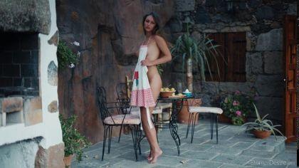 Молодая девица с натуральными сиськами светит аппетитной киской перед камерой №8