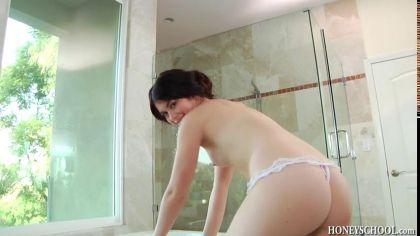 Брюнетка мастурбирует щелку прозрачным дилдо в ванне и кончает от кайфа №1