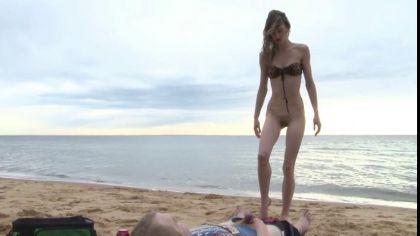 Похотливая пара трахается в разных позах на пустынном пляже №2