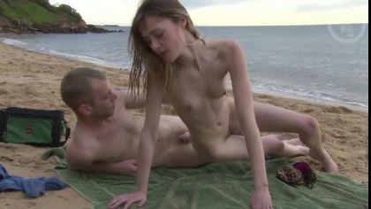 Похотливая пара трахается в разных позах на пустынном пляже №6
