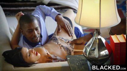 Брюнетка попала на групповой межрасовый секс с двойным проникновением №5