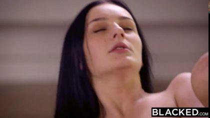 Брюнетка трахается раком с негром, изменяя своему бойфренду №10
