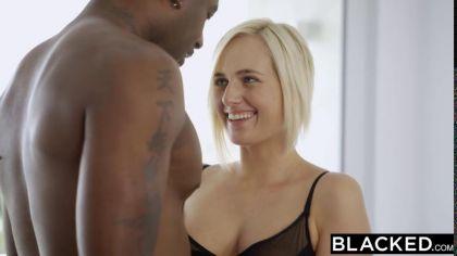 Негр трахает раком в попку симпатичную блондинку в черных чулках №3