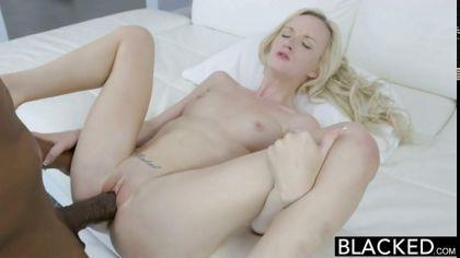 Блондинка встала раком, чтобы трахнуться в сочную письку с негром №6