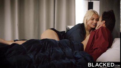 Блондинка изменяет своему бойфренду и трахается раком с темнокожим другом №2