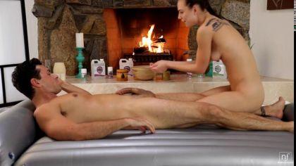 Эротический массаж закончился жарким сексом с парнем на надувном матрасе №4
