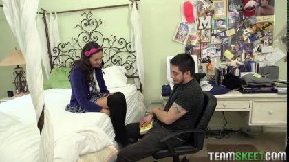 Молодая студентка перепихнулась с парнем, с которым познакомилась в интернете №3