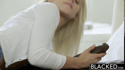 Блондинка сосет черный член и трахается с негром во всех удобных позах №3