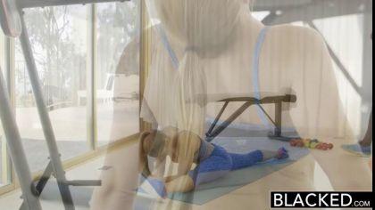 Блондинка трахается раком с негром и получает порцию яркого оргазма №1