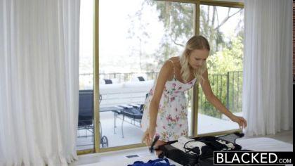 Блондинка пробует член своего соседа и трахается с негром раком №1