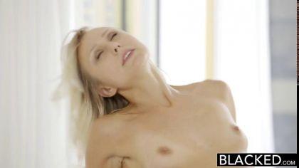Блондинка пробует член своего соседа и трахается с негром раком №10