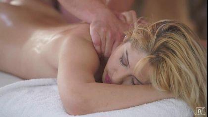 Мужик делает массаж блондинке и трахает ее в масляную письку №3