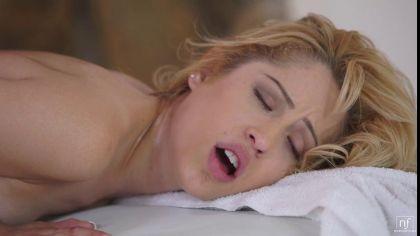 Мужик делает массаж блондинке и трахает ее в масляную письку №4