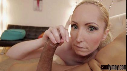 Блондинка заглатывает глубоко член и отсасывает в pov порно видео №3