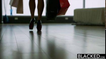 Две девушки сосут большой черный член и трахаются с одним негром на двоих №1