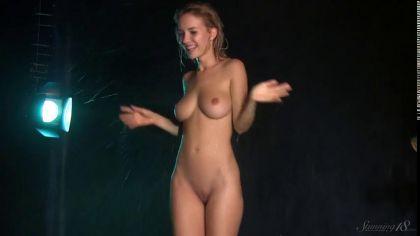 Мокрая цыпочка с натуральными сиськами демонстрирует свои прелести №6