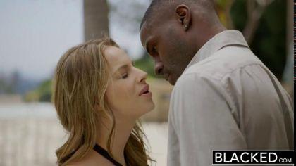 Две блондинки трахаются раком с неграми в групповом порно видео №2