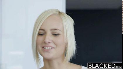 Негр ебет раком симпатичную блондинку в белых чулках и доводит ее до экстаза №1
