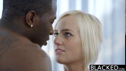 Негр ебет раком симпатичную блондинку в белых чулках и доводит ее до экстаза №4