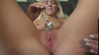 Блондинка мастурбирует свою гладенькую киску чайной ложкой на диване №6