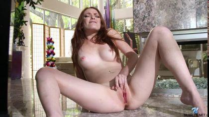 Девушка с розовой киской мастурбирует пальцами киску на полу №9