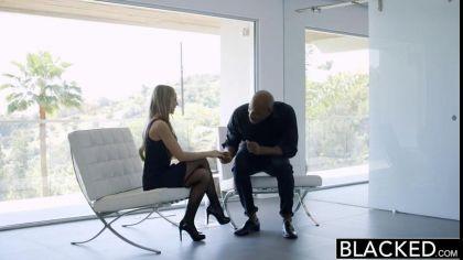 Девушка в нижнем белье и чулках трахается раком с темнокожим чуваком №1