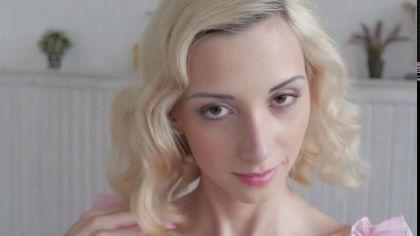 Нежная блондинка показала свою аккуратную и гладенькую пизденку №1
