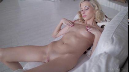 Нежная блондинка показала свою аккуратную и гладенькую пизденку №5