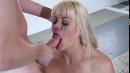 Грудастая блондинка делает слюнявый минет и балует парня глубокой глоткой №9