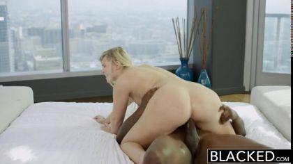 Блондинка верхом на члене негра нежно стонет от жаркого проникновения №8