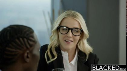 Блондинка в чулках занялась межрасовым сексом со своим коллегой №1