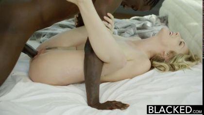 Блондинка в чулках занялась межрасовым сексом со своим коллегой №10