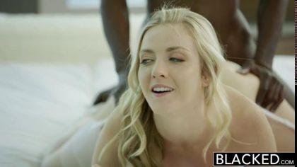 Блондинка в чулках занялась межрасовым сексом со своим коллегой №6