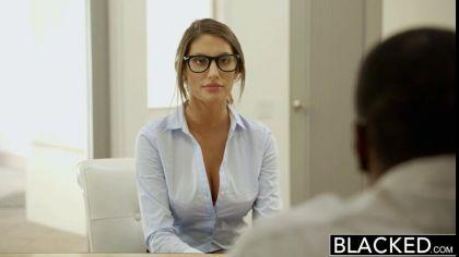 Девушка в очках трахается с негром, чтобы устроиться на работу к нему №1