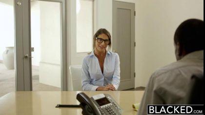 Девушка в очках трахается с негром, чтобы устроиться на работу к нему №2