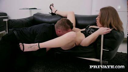 Похотливая баба дала отлизать мужику и трахнулась с ним на ковре №6
