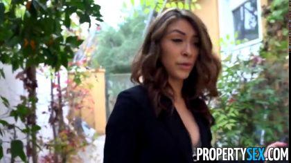 Девушка напросилась на жаркий секс с соседом во дворе своего дома №1
