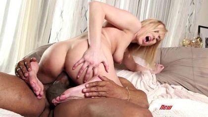 Негр натягивает белую любовницу бритой щелкой на сочную дубину №6