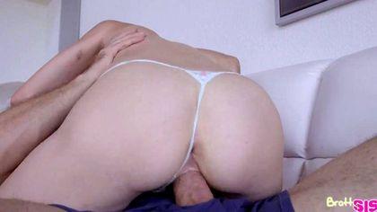 Блондинка давится во время секс-измены латинским толстым членом №1