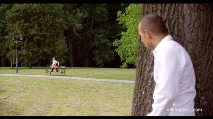 Тренер в парке на лавочке отодрал спортсменку в красном платье и чулках №1