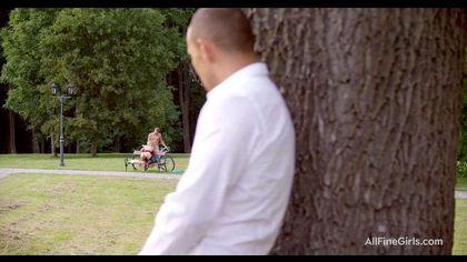 Тренер в парке на лавочке отодрал спортсменку в красном платье и чулках №3
